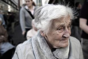 Retrat d'una dona gran al carrer